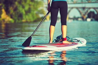 Frau auf Stand up Paddle Board